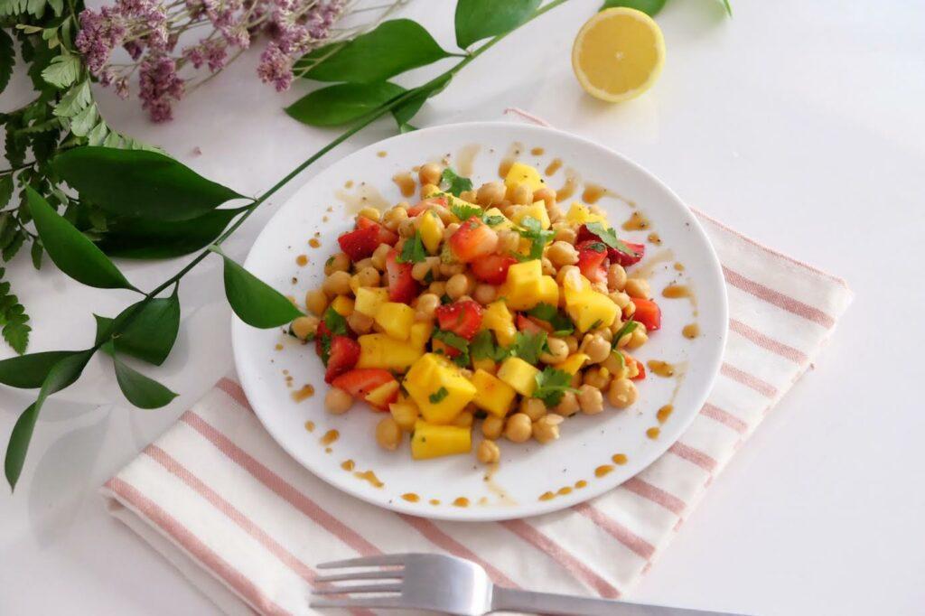 Amanida d'estiu amb cigrons, maduixes, mango i coriandre!