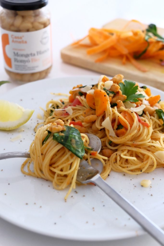 Espaguetis amb mongetes blanques, pastanaga i espinacs