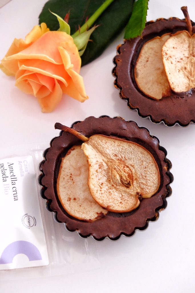 Cassoletes de xocolata amb ametlles triturades i peres fresques