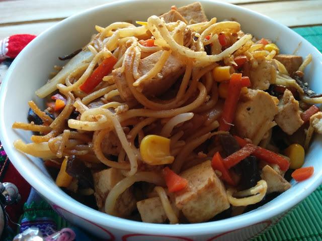 Noodles saltejats amb tofu, verdures i soja